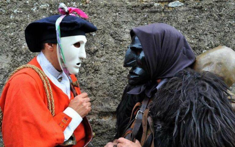 Le maschere e l'ignoto